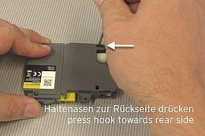Allentare i nasi di plastica dall'interno del serbatoio dell'inchiostro LC-3219