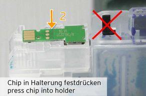 [Translate to Italienisch:] Chip auf Haltestifte in der Halterung festdrücken