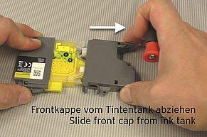 Tirare il tappo anteriore verso il basso dal serbatoio dell'inchiostro.