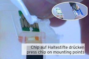 Vorsichtiges Festdrücken des Chips Epson 33 auf den Haltestiften unter die Schmelzpunkte