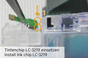 [Translate to Englisch:] Alternativchip LC-3219 in Halterung positionieren