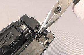 Vorsichtig den Haltesteg des Chips der HP 410A HP 410X entfernen