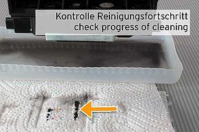 [Translate to Englisch:] Kontrolle Fortschritt der Druckkopfreinigung mittels Abdruck Düsenplatte