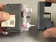 Rimuovere il tappo dal serbatoio dell'inchiostro dell'LC-225