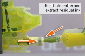[Translate to Englisch:] Absaugen der Resttinte aus einer leer gemeldeten LC3219 Patrone mit Refilltool