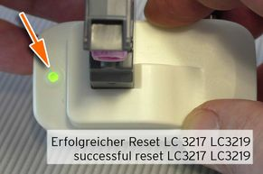 [Translate to Italienisch:] Reset Tintenstand mit Resetter Patrone einsetzen LED leuchtet grün